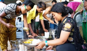 Akhshaya patra serving food